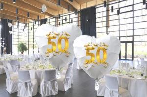 Goldene-Hochzeit-Herzluftballons-aus-Folie-weiss-mit-Schleifen-in-Gold