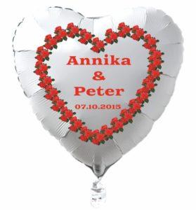 Herzluftballon-in-Weiss-mit-Namen-des-Hochzeitspaares-und-Datum-des-Hochzeitstages-Herz-aus-roten-Rosen
