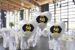 goldene-hochzeit-mit-weissen-herzluftballons-50-mit-hochzeitsschleifen